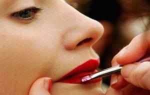 To τέλειο μυστικό για βελούδινα κόκκινα χείλη