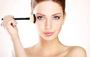 Read more about the article Τι λάθος κάνουμε όλες όταν απλώνουμε το make up μας