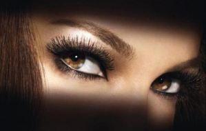 Πώς να κάνετε τα καστανά μάτια σας να λάμπουν