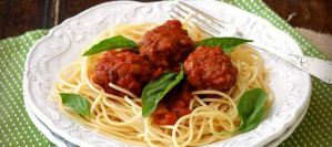 Κεφτεδάκια με κόκκινη σάλτσα και σπαγγέτι