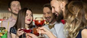 Το ποτό και το τσιγάρο κάνουν γυναίκες και άνδρες να δείχνουν πιο γερασμένοι