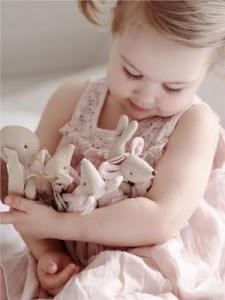 Πόσο «αθώα» είναι τα λούτρινα κουκλάκια για την υγεία του μωρού μας;