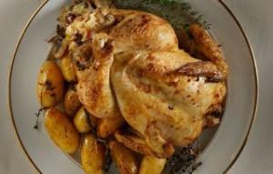 Μαύρο κοτόπουλο στη γάστρα, γεμιστό με πλιγούρι, μανιτάρια και σταφίδες