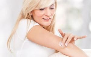 3 tips για να απαλλαχτείς από τους μαύρους αγκώνες