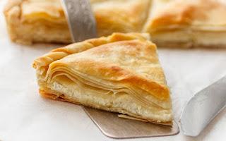 Read more about the article Τυρόπιτα με χωριάτικο φύλλο