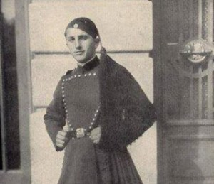 Η άγνωστη ιστορία του Ήρωα Εύζωνα Κουκίδη – Αυτοκτόνησε τυλιγμένος με την Ελληνική Σημαία για να μην την παραδώσει στους Γερμανούς!
