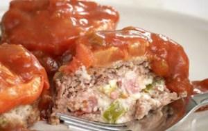 Μπιφτέκια γεμιστά με πικάντικη σάλτσα