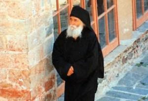 Read more about the article Αγιος Γέροντας Παΐσιος: «Η αγάπη καταργεί τις αποστάσεις»