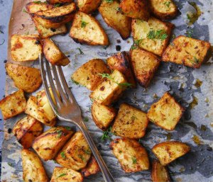 Read more about the article Αυτό είναι το μυστικό για να κάνεις τις πατάτες φούρνου πιο τραγανές και από τις τηγανιτές