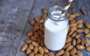 Συνταγή για σπιτικό γάλα αμυγδάλου