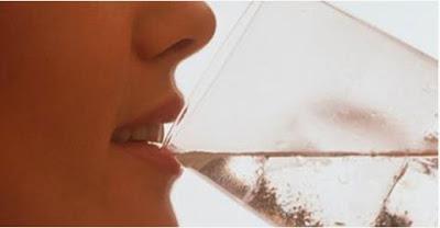 Read more about the article Πως πίνοντας 3 λίτρα νερό την ημέρα αλλάζει το πρόσωπο