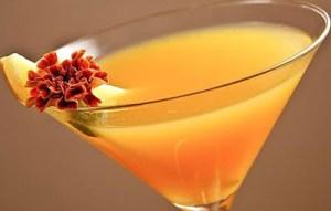 Φτιάξτε δροσιστικό Peach martini cocktail για εσάς και την παρέα σας!