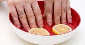 Λεύκανση νυχιών – Πώς να απαλλαγείτε από τα κιτρινισμένα νύχια με 8 φυσικούς τρόπους