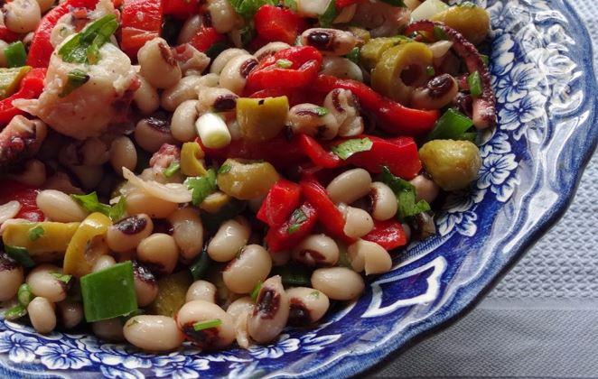 Read more about the article Νόστιμη σαλάτα με μαυρομάτικα φασόλια και χταπόδι