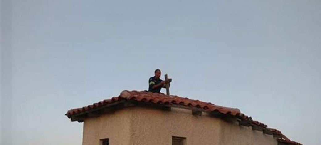 Read more about the article Πυροσβέστης τοποθετεί τον σταυρό σε καμένο εκκλησάκι στην Πεντέλη για τις ψυχές που έφυγαν