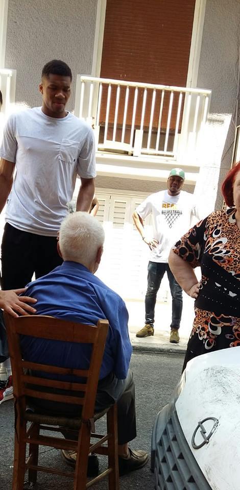 Read more about the article Τεράστιος Γιάννης Αντετοκούνμπο! Βοήθησε ηλικιωμένο που κατέρρευσε στο δρόμο!