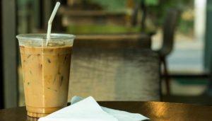 Για τους λάτρεις του καφέ δεν υπάρχει χειρότερο από τον υπερβολικό πάγο που νερώνει τον καφέ μας. Ποιο είναι το κόλπο για να το αποφύγεις;
