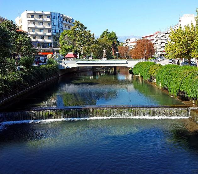 Ανάμεσα σε χωράφια στην αγροτική καρδιά της Ελλάδας, η ιστορική πόλη των Τρικάλων –με 82.000 κατοίκους - δεν ήταν προφανής υποψήφια για τη θέση της πρώτης έξυπνης πόλης του κράτους.