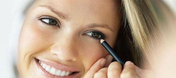 Read more about the article Το μολύβι μέσα στο κάτω βλέφαρο δείχνει τα μάτια μικρότερα;