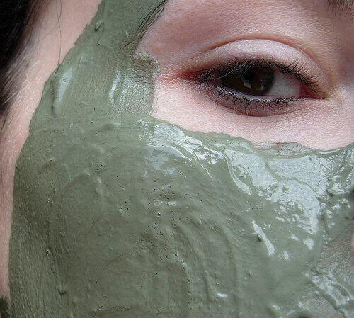 Μάσκα από λευκό πηλό και πράσινο τσάι