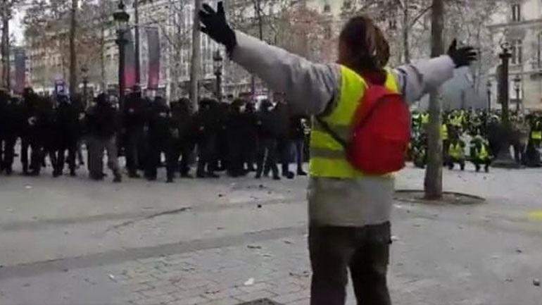Βίντεο: Γάλλοι αστυνομικοί χτυπούν διαδηλωτή με πλαστικές σφαίρες