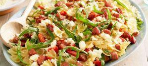 Χριστουγεννιάτικη σαλάτα ζυμαρικών με λουκάνικο και κόκκινη πιπεριά