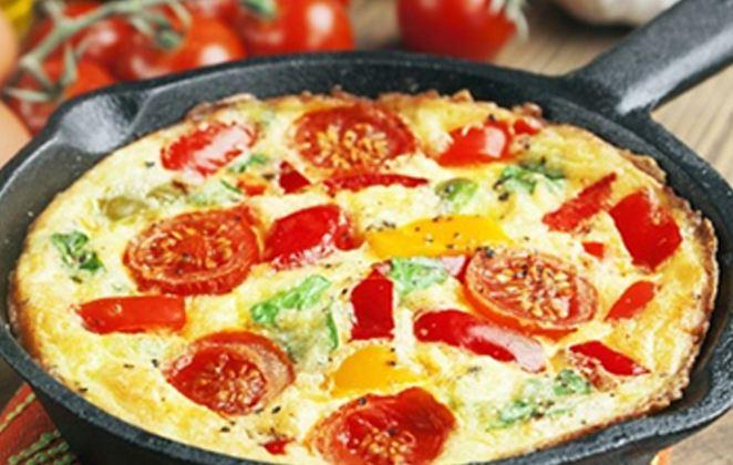 Συνταγή ομελέτας με ελιές, ντομάτα και μανούρι