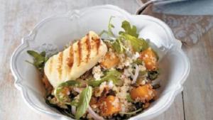 Σαλάτα με ψητή κολοκύθα, κινόα, χαλούμι και σάλτσα μελιού