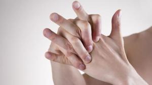 """Γιατί δεν πρέπει να κάνουμε """"κρακ"""" τα δάχτυλα μας"""