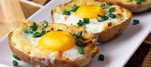 Πατάτες γεμιστές με αβγό και μπέικον