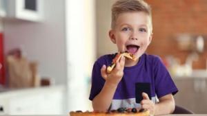 Πώς θα πειθαρχήσετε το παιδί στο τραπέζι