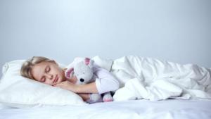 Τι να κάνετε όταν το παιδί μιλάει στον ύπνο του