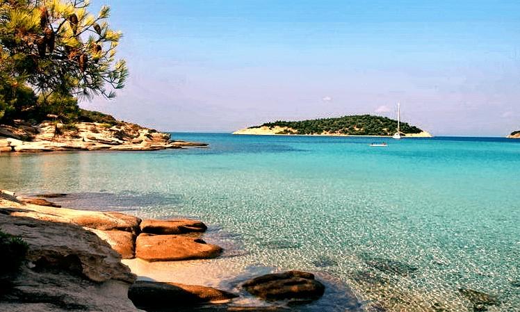 Το άγνωστο εξωτικό ελληνικό νησί που έχει ζεστά νερά όλο το χρόνο και καθόλου κύμα
