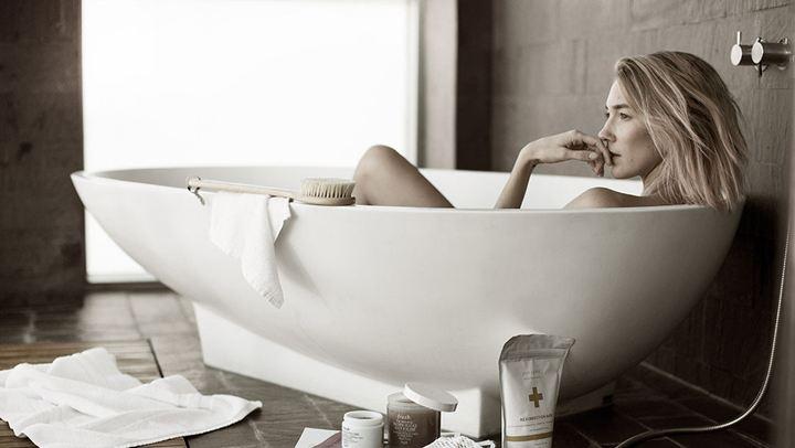 Γιατί πρέπει να βάζουμε λάδι σώματος πριν το μπάνιο.fiftififti.eu