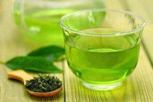 Πράσινο τσάι με μέντα και λίγες σταγόνες λεμονιού για εύκολη απώλεια βάρους