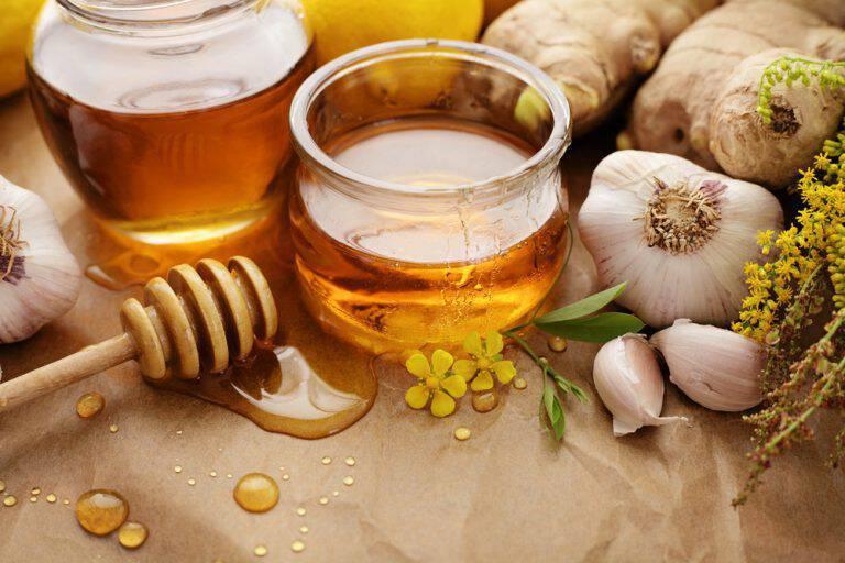 Θεραπεία για την γρίπη με μέλι και μαριναρισμένο σκόρδο