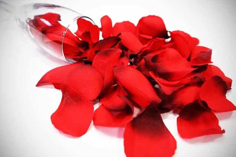 Ροδόνερο. Ένα φυσικό προϊόν με 10 καλλυντικές χρήσεις.fiftififti.eu