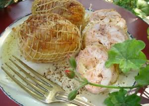 Αρωματικά ρολάκια κοτόπουλου με σάλτσα κρασιού