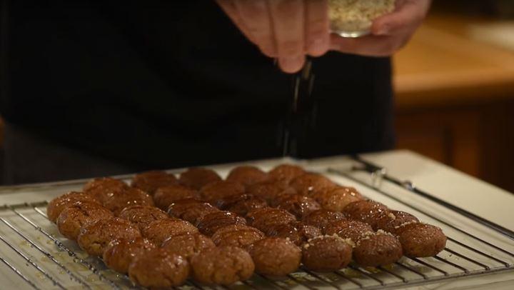 Η πιο εύκολη συνταγή για μελομακάρονα από τον Δημήτρη Μακρυνιώτη