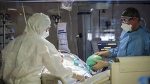 Κορωνοϊός: «Καλπάζει» η πανδημία – Ένας νεκρός ανά 20 λεπτά σήμερα