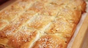 Read more about the article Κασερόπιτα με χωριάτικο φύλλο, σουσάμι και πιπέρι