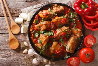 Read more about the article Κοκκινιστό κοτόπουλο με σκόρδο