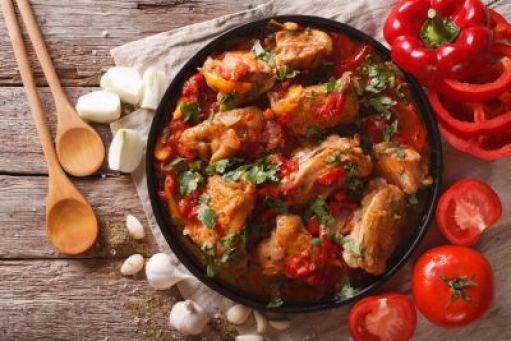 Κοκκινιστό κοτόπουλο με σκόρδο