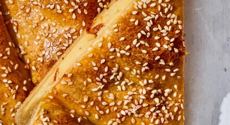 Read more about the article Κασερόπιτα με λιαστές ντομάτες και πολέντα