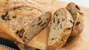 Read more about the article Ξεχάστε το ψωμί από το φούρνο: Φτιάξτε μόνοι σας πεντανόστιμο ψωμί με ελιές και ελαιόλαδο