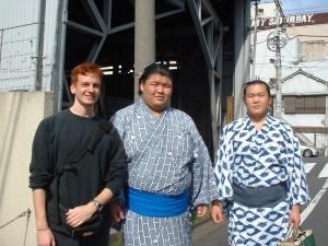 Questa foto mi ritrae con due giovani lottatori di Sumo dopo un mio match di Kickboxing in Giappone.