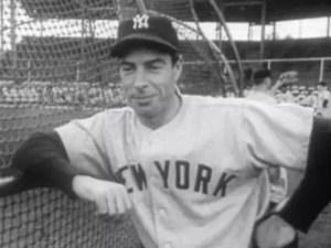 El jugador de béisbol Joe DiMaggio en 1951, durante un partido con los New York Yankees en Phoenix, Arizona (Estados Unidos). (Warner Pathe News).