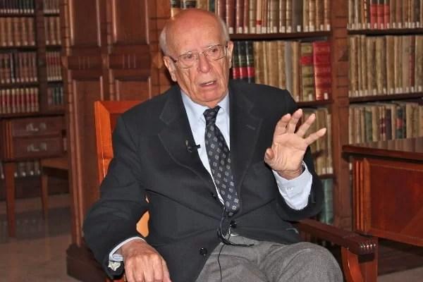 Emilio Lledó durante la entrevista con Gabriel Arnaiz en la biblioteca de la Real Academia de la Lengua, en Madrid, a donde acude cada jueves. Foto: Deyanira López.