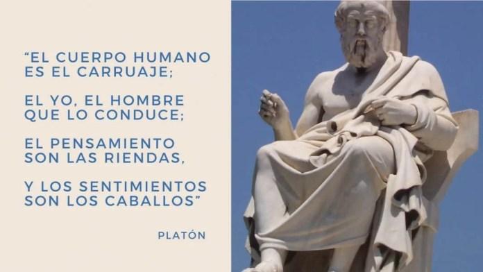 A la derecha, estatua de Platón en la Academia de Atenas, en Grecia. Imagen distribuida por Wikimedia Commons bajo licencias CC BY-SA 4.0, CC BY-SA 3.0, CC BY-SA 2.5, CC BY-SA 2.0 y CC BY-SA 1.0.