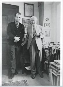 Ernst Jünger junto al escritor alemán Stephan Reimertz en Wilflingen (Alemania) el 20 de marzo de 1997. Jünger estaba a punto de cumplir 102 años. Murió un año después, el 17 de febrero de 1998. Imagen distribuida por Wikimedia Commons bajo licencia CC BY-SA 4.0.